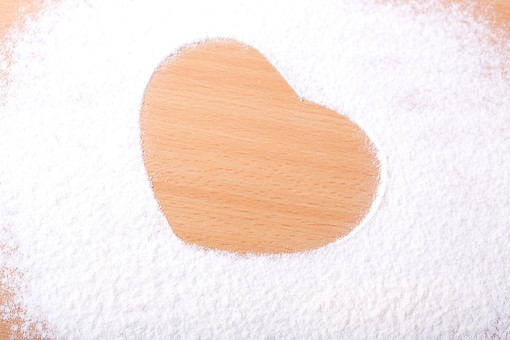 ハート 白 粉 薄力粉 小麦粉 片栗粉 粉砂糖 まな板 木目 ラブ LOVE ラブラブ バレンタイン バレンタインデー ホワイトデー 愛 愛情 夢 恋 恋人 結婚 希望 好き 告白 気持ち 思い 想い 幸せ 幸福 絆 ハッピー