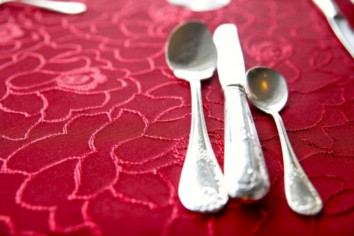 食器 カトラリー レストラン テーブルクロス 銀 ナイフ スプーン 食卓 レトロ 食事 優雅 花柄 シルバー テーブル 洋食 コース料理 赤 クラシック 光 飲食 アップ 上品 セレブ 高級感 エレガント