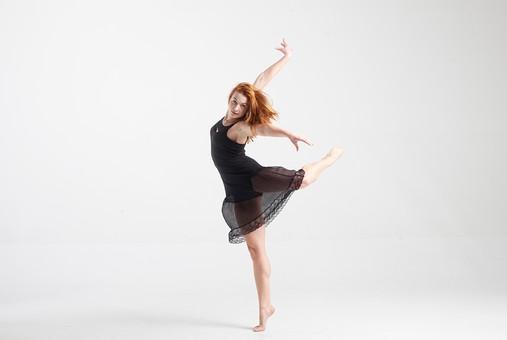 ダンス ダンサー ポーズ 体勢 姿勢 体位 ステップ 踊る 踊り 運動 スポーツ 振り付け 振付 振り 女性 女 外国人 若い 全身 バレエ バレリーナ 手 腕 上げる 足 脚 片足 片足立ち つま先 つま先立ち 背景 白 ホワイト mdff128