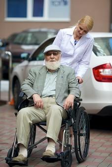 病院 医院 診療所 屋外 外 外国人 白人 男性 老人 高齢 高齢者 おじいさん おじいちゃん 髭 ヒゲ ひげ 白髪 女性 金髪 白衣 車椅子 車いす 座る 乗る 乗せる 上着 ジャケット サングラス ハンチング帽 押す 全身 話しかける 女医 医者 医師 mdjms016       mdff142