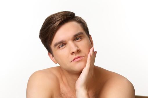 美容 エステ ビューティー 外国人 男性 メンズ 大人 1人 20代 30代 若い 若者 ミドル 中年 ポートレート ポートレイト 肌 裸 セクシー ハンサム 男らしい 顔 顎 頬 手  白バック 白背景 頬 スキンケア 美肌 屋内  メンズエステ mdfm038