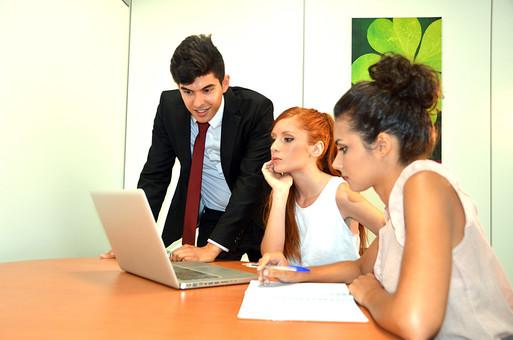 会社 オフィス ビジネス 仕事 職場 屋内 室内 働く スーツ 人物 男性 女性 ネクタイ 上司 部下 先輩 後輩 白人 インターナショナル 外国人 外人 外人男性 外人女性 白人女性 白人男性 グローバル パソコン IT デスク 同僚  mdff125 mdff126 mdfm071