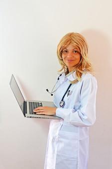 人物 女性 外国人 外国人女性 スペイン人 スペイン人女性 金髪 金髪女性 白人 白人女性 欧米人 病院 医療 若い ポートレート 仕事 働く 病院 白衣 診察室 医院 医療事務 福祉 白バック 白背景 施術 看護 聴診器 医者 パソコン 情報 ノートパソコン mdff022