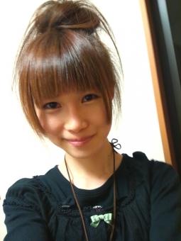 人物 女性 日本人 ヘアスタイル ヘアアレンジ ファッション 顔 アップ 若い 美容室 美容院 美容師 若者 おしゃれ オシャレ かわいい 可愛い アップヘア 外出 お出かけ ヘアカラー 茶髪 笑顔 白 バック 身だしなみ トレンド ゆるふわ 愛され 髪の毛