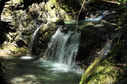 奈良 関西 日本 観光 観光地 旅行 自然 植物 風景 景色 景観 岩 苔 石 枝 葉 葉っぱ 緑 茶色 水 水飛沫 滝 川 滝つぼ 木漏れ日 太陽 太陽光 陽射し 光 影