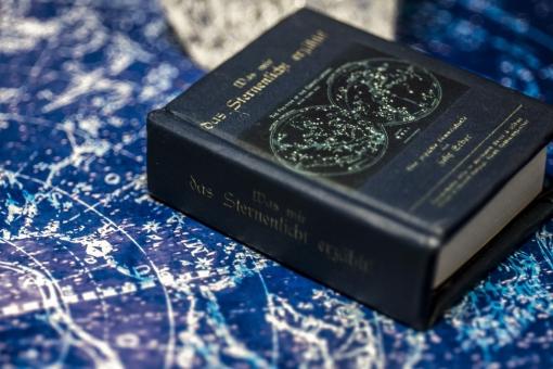 クリスタル クォーツ 水晶 鉱物 石 貴石 輝き 青 青色 光 背景 テクスチャ テクスチャー 背景テクスチャー 小物 パワーストーン 占い 占星術 星座表 星 神秘 神秘的 本のミニチュア インアテリア BOOK 図鑑 小物 雑貨 読書 勉強 キイロイトリ