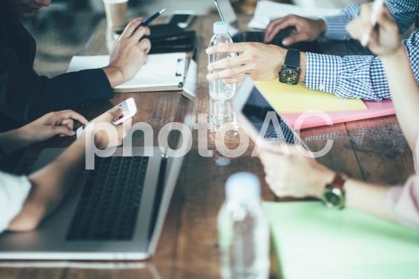 オシャレなオフィスで仕事する会社員51の写真