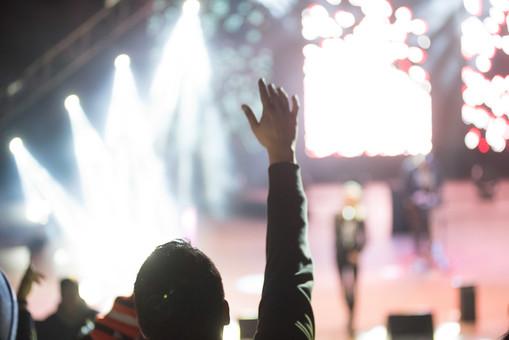 クラブ ライブ LIVE コンサート DJ 演奏会 音楽会 リサイタル ナイトクラブ キャバレー フロアショー 観客 観衆 見物人 観覧者 聴衆 オーディエンス ギャラリー 立ち見客 客 お客さん 会場 入館者 バンド 音楽 楽器 楽曲 ミュージック 歌 曲 唄 歌唱 ペンライト ステージ 音響 スクリーン アンプ サウンド 公演 人 歓声 ライト 照明 手 複数 接写 アップ 男性 男