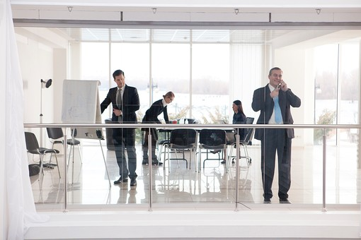 ビジネス 仕事 ビジネスマン 会社 会社員 グローバル インターナショナル 外国人 白人 男性 シャツ ネクタイ スーツ ビジネスウーマン キャリアウーマン 女性 スタイリッシュ 屋内 室内 オフィス ガラス ガラス張り 会議室 ミーティングルーム チーム 仲間 同僚 上司 ボス 20代 30代 40代 4人 四人 会議 ミーティング 打ち合わせ 準備 準備中 休憩 休憩中 部下 mdfm070 mdjms015 mdff131 mdff132