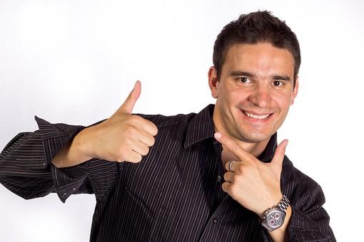 男性 短髪 シャツ 腕時計 外国人 外人 喜ぶ 嬉しい ご機嫌 明るい 愉快 楽しい サプライズ ハッピー 笑顔 幸せ 楽しげ 陽気 大喜び エンジョイ 有頂天 ウキウキ ルンルン 気分上々 成功 グッジョブ! サムズアップ 指差し mdfm050