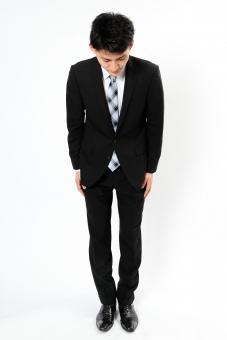 人物 生物 人間 男性 若い 青年 アジア アジア人 日本 日本人 ポーズ モデル スーツ ジャケット ビジネス 就活 フォーマル 全身 ボディランゲージ 示す 伝える 意志 コミュニケーション 謝る 謝罪 頭を下げる お辞儀 mdjm002