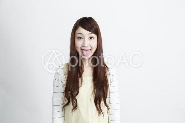 舌を出す女性の写真