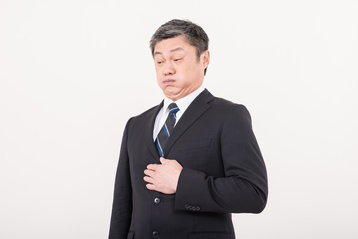 男 日本人 男性 男の人 40代 50代 壮年 会社員 社長 部長 課長 係長 ビジネスマン サラリーマン スーツ ネクタイ 白髪 お父さん 恰幅がいい 白バック 白背景 ポーズ  病気 胃 ストレス 消化不良 膨満感 吐き気 痛い 病院 通院 持病 食べ過ぎ 胃もたれ 中年 中高年 シニア  mdjms013