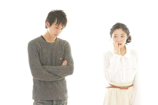 人物 男性 男子 女性 女子 若い デート カップル アベック 夫婦 新婚 白バック 白背景 部屋 室内 日常 生活 驚く 驚愕 困る 考える 検討 腕組み 困惑 びっくり 日本人 mdjm008 mdjf026