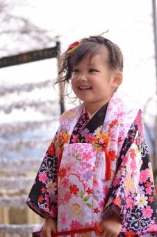 七五三 子供 女の子 おめかし 被布 笑顔 日本人 着物
