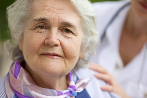 屋外 野外 外 ベランダ バルコニー 外国人 老人 高齢者 女性 おばあさん おばあちゃん 患者 白髪 白人 病院 病室 個室 家 自宅 寝室 上品 アップ バストショット バストアップ ポートレート mdfs017