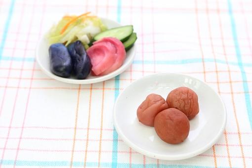 うめぼし 梅干し 和食 漬け物 お新香 浅漬け 人参 キュウリ ナス 食べ物 野菜 カブ 赤かぶ かぶ 赤カブ 漬物 塩漬け つけもの 漬けもの つけ物 茄子 なす 白菜 はくさい 塩漬 香の物 皿 小皿 塩分 塩気