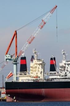 船 船舶 積荷 荷揚げ 積む 降ろす 積み上げる 積み込む 吊る 貨物船 タンカー 大型タンカー 大型貨物船 クレーン 陸揚げ 荷物 輸送 運送 貿易 交易 輸出 輸入 輸出入 運搬 運ぶ 船荷 積載 海運 海上輸送 港 港湾 取引き 積み下ろす 積み降ろす 埠頭 岸壁 ワイヤー フック 空 青空 アップ 産業 工業 機械 穀物 物流 物資 作業 屋外