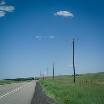 道 道路 ロード コンクリート 車道 青空 空 お空 大空 晴天 晴れ 快晴 青色 青い 青天井 蒼穹 蒼天  爽やか 爽快 さっぱりした 健康的 ブルースカイ 草原 原っぱ 草地 電柱 送電線 電線 雲
