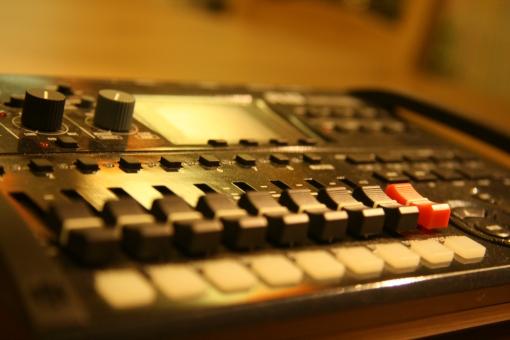 レコーディング 音楽 バンド MTR 録音 収録 録音中 おんがく 作曲 歌 機材 音楽機材 音楽の機材 作業 レコーダー