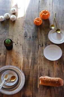 ダイニングテーブル 机 食卓 テーブル お皿 パン フランスパン カボチャ ニンニク テーブルコーディネート にんにく かぼちゃ 多肉植物 スプーン 陶器 table diningtable