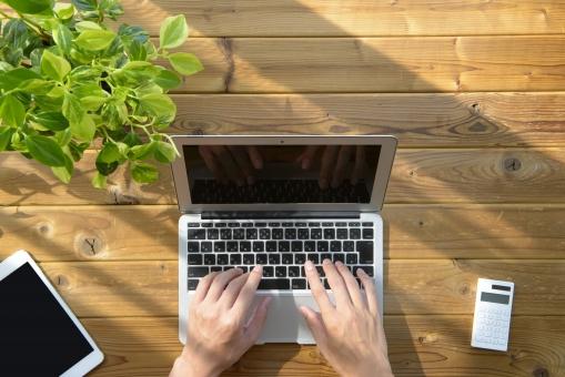 パソコンで作業する人の写真