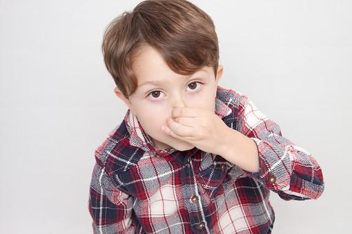 人物 こども 子ども 子供 男の子   少年 幼児 外国人 外人 かわいい   無邪気 あどけない 屋内 スタジオ撮影 白バック   白背景 ポートレート ポーズ キッズモデル 表情  シャツ  カジュアル 上半身 鼻 つまむ 匂い 臭い 悪臭 汚い 見上げる mdmk010
