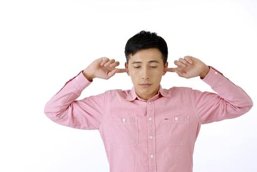 人物 日本人 男性 日本人男性 おすすめ  ポーズ 20代 30代 私服 シャツ  ピンク カジュアル 表情 屋内 白バック  白背景 上半身 両手 両耳 耳を塞ぐ うるさい 雑音 騒音 拒絶 拒否 シャットアウト 仕草 ジェスチャー 正面 余白 mdjm001