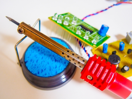 電気 エレキ 基盤 はんだ コテ コンピュータ LED コンデンサ コイル 抵抗 トランジスタ 配線 導線 ロボット 工作 ものづくり 組立 ラジコン コンピュータ チップ マイクロ 鉛