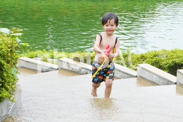水遊びしている子供の写真