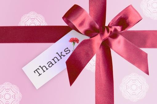 リボン タグ メッセージ ギフト プレゼント 贈り物 ラッピング 背景 素材 テクスチャ レース模様 アルファベット 英文字 英単語 気持ち 母の日 カーネーション 感謝 ありがとう 有難う ワインレッド ピンク 文字