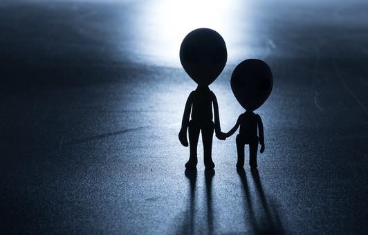シルエット グレイ 灰色 影 2人 二人 親子 家族 兄弟 姉妹 複数 ねんど 粘土 クレイ クレイドール クレイアート 人形 立体 クラフト スペース コスモ 火星人 宇宙 宇宙人 宇宙船 エリア51 エイリアン インベーダー 未来 未知との遭遇 未確認飛行物体 未確認生物 ユーマ 地球外生命体 SF UFO 円盤 科学 ファンタジー デフォルメ 雑貨 かわいい かわいらしい 柔らかい ユーモラス 星 惑星
