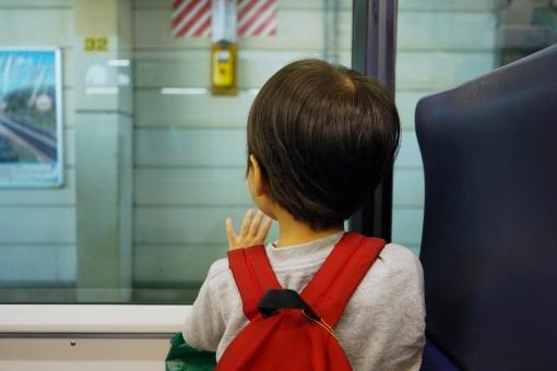 電車でお出かけする子供の写真