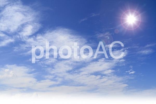 青空と太陽の写真