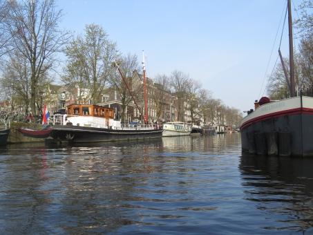 船上 アムステルダム 水路 船 運河 水面 冬