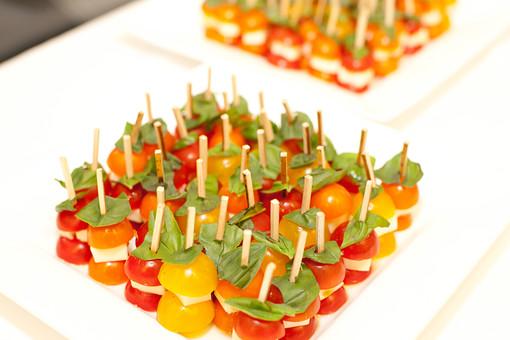 静物 スケッチ 見本 食べ物 フード 食料 食 テーブル 鮮やか 華やか おしゃれ おいしい グルメ 新鮮 フレッシュ 置く おもてなし 豪華 ごちそう パーティ 盛り付け 飾りつけ 野菜 サラダ オードブル フレンチ ブッフェ 小品 一口