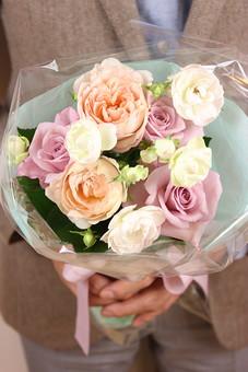花 植物 薔薇 ばら バラ 綺麗 美しい 切花 切り花 花びら 花束 フラワーアレンジメント プレゼント ギフト 男性 手 持つ 渡す ホワイトデー  サプライズ プロポーズ 告白 愛