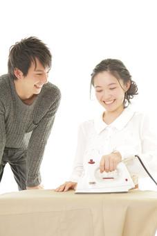 人物 男性 男子 女性 女子 若い カップル アベック 夫婦 新婚 主婦 白バック 白背景 部屋 リビング 家事 アイロン アイロンがけ 日常 生活 作業 仕事 洗濯 家電 電化製品  日本人 mdjm008 mdjf026