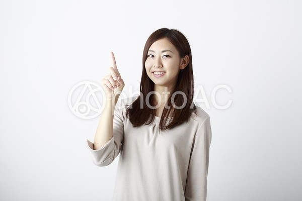 1の数字を知らせる女性の写真