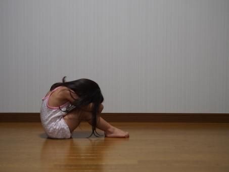 子供 子ども 女児 幼児 泣く 泣き 落ち込む うなだれる 恐怖 項垂れる 後ろ向き 日本人 Girl child kids Japanese cry back 下着姿 キャミソール 少女 育児