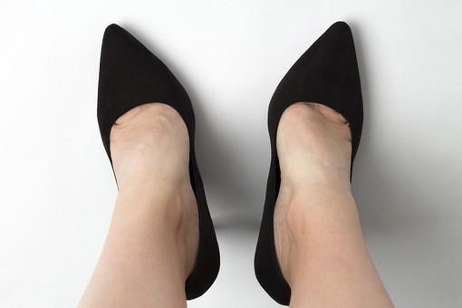 足 脚 あし フット 靴 くつ パンプス ヒール 履く 裸足 素足 女性 女 女子 ウーマン 立つ 起立 20代 30代 足元 脚の甲 足の甲 フットケア 両脚 両足 人物 若い 若者 美容 ヘルスケア おしゃれ お洒落 ファッション 白背景