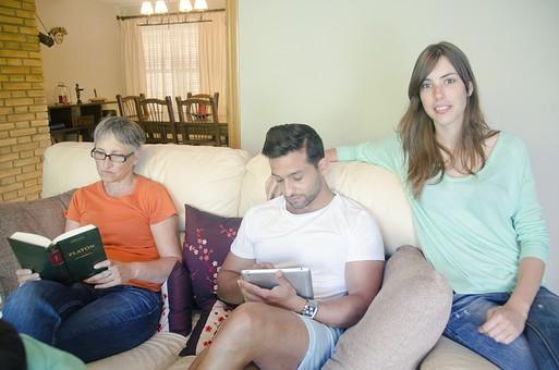 外国 海外 屋内 部屋 室内 リビング 人物 外人 外国人 家族 ファミリー 親子 母親 お母さん 老人 シニア 60代 70代 女性 息子 男性 30代 大人 ソファ 読書 本 読む くつろぐ 寛ぐ リラックス パソコン iPad タブレット インターネット 夫婦 娘 mdfs006 mdfm040 mdff069