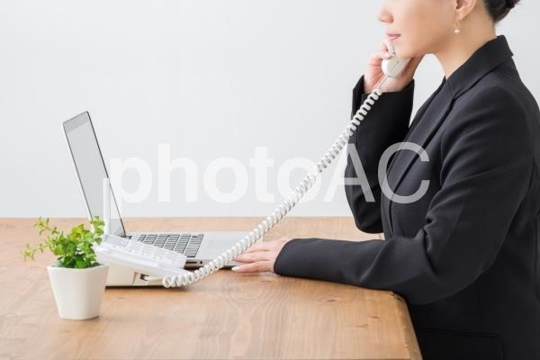 電話するビジネスウーマンの写真