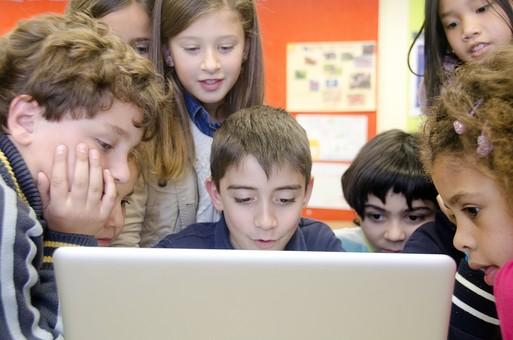 人物 生物 人間 外国人 子ども かわいい 小さい キッズ 生徒 学生 学童 幼い 学校 勉強 学び 教育 クラス まじめ 教室 机 パソコン PC テクノロジー インターネット アップル 検索 情報 調べる クラスメイト 集まる 人気 WEBサイト mdmk018 mdmk017 mdmk005 mdfk026 mdfk028 mdfk024  mdfk033 mdfk025