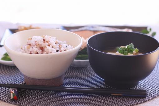 ごはん ご飯 五穀米 雑穀 雑穀米 味噌汁 お味噌汁 おみそしる みそしる 一汁三菜 伝統食 和食の日 鮭 魚 焼き魚