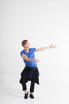 ダンス ダンサー ポーズ 体勢 姿勢 体位 ステップ 踊る 踊り 運動 スポーツ 振り付け 振付 振り 男性 男 外国人 金髪 若い 全身 腕 両腕 広げる 手 掌 手の平 横顔 膝 片膝 曲げる 背景 白 ホワイト mdfm074