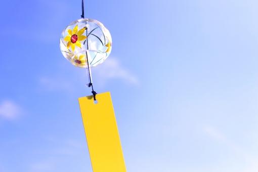 風になびく風鈴の写真