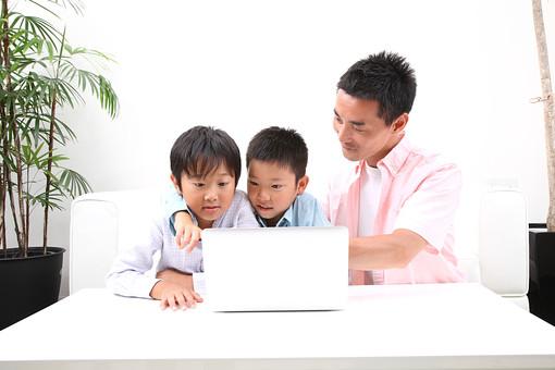 親子 家族 人物 大人 子供 遊ぶ 男性 男の子 三人 父親 パパ お父さん 父 パソコン PC 操作 ノートパソコン 見る テーブル 室内 家 住居 建物 植物 観葉植物 部屋 ファミリー 兄弟 インターネット 調べる 興味 教育 日本人 団らん 家庭 生活 暮らし ライフスタイル WEBサイト mdmk003 mdmk004 mdjm018