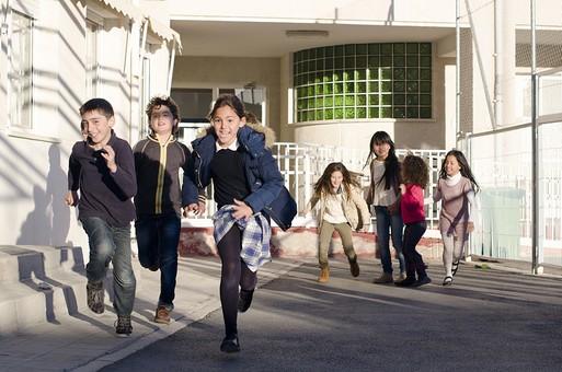 人物 生物 人間 生徒 学生 学童 子ども かわいい キッズ 幼い 外国人 外国 風景 学校 勉強 学び 教育 放課後 屋外 クラスメイト 校庭 広場 休憩 休み時間 自由時間 昼休み 仲良し クラスメイト 男子 男の子 女の子 女子 走る 大勢 mdfk026 mdfk025 mdfk024 mdfk027 mdfk033 mdmk017 mdmk018