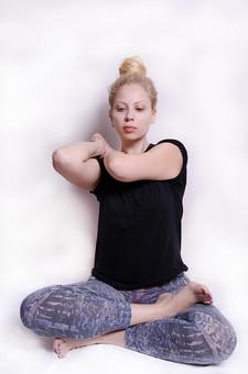 フィットネス写真 人物 1人 外国人 白人 セルビア人 女性 大人 若い 金髪 スポーツ フィットネス エクササイズ 体操 運動 トレーニング シェイプアップ ダイエット 引き締め ヨガ ピラティス 屋内 スタジオ ジム クラブ 美 美容 健康 ボディ スリム 脂肪 筋肉 筋トレ ストレッチ あぐら 腕 脚 Tシャツ スパッツ 瞑想 集中 精神統一 mdff014